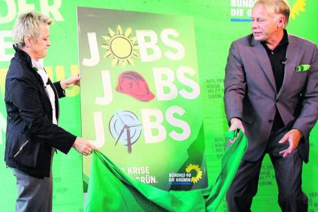 J¸rgen Trittin and Renate K¸hnast unveil the party's theme of Green jobs during the campaign
